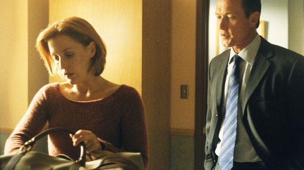 Scully (Gillian Anderson, l.) musste mit ansehen, wie ein junger Mann gestein...