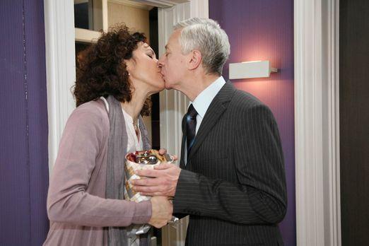 Sind glücklich miteinander: Pilar (Justine Hirschfeld, l.) und Marcel (Thomas...