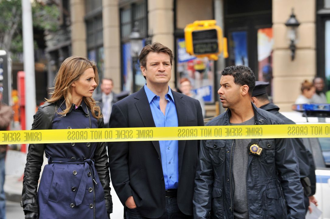 Als Beckett (Stana Katic, l.), Castle (Nathan Fillion, M.) und Esposito (Jon Huertas, r.) feststellen, dass Homeland Security den Tatort versiegelt... - Bildquelle: ABC Studios