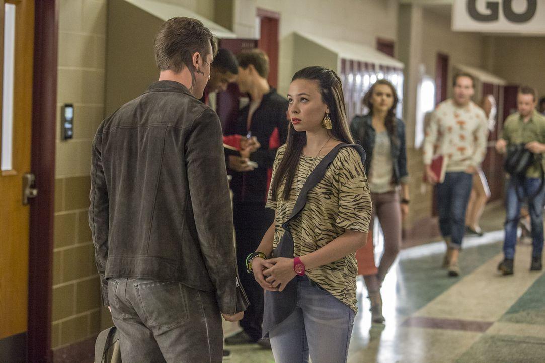 Roman (Matt Lanter, l.) bittet Julia (Malese Jow, r.) um einen Gefallen, aber kann und will sie ihm dabei wirklich behilflich sein? - Bildquelle: 2014 The CW Network, LLC. All rights reserved.