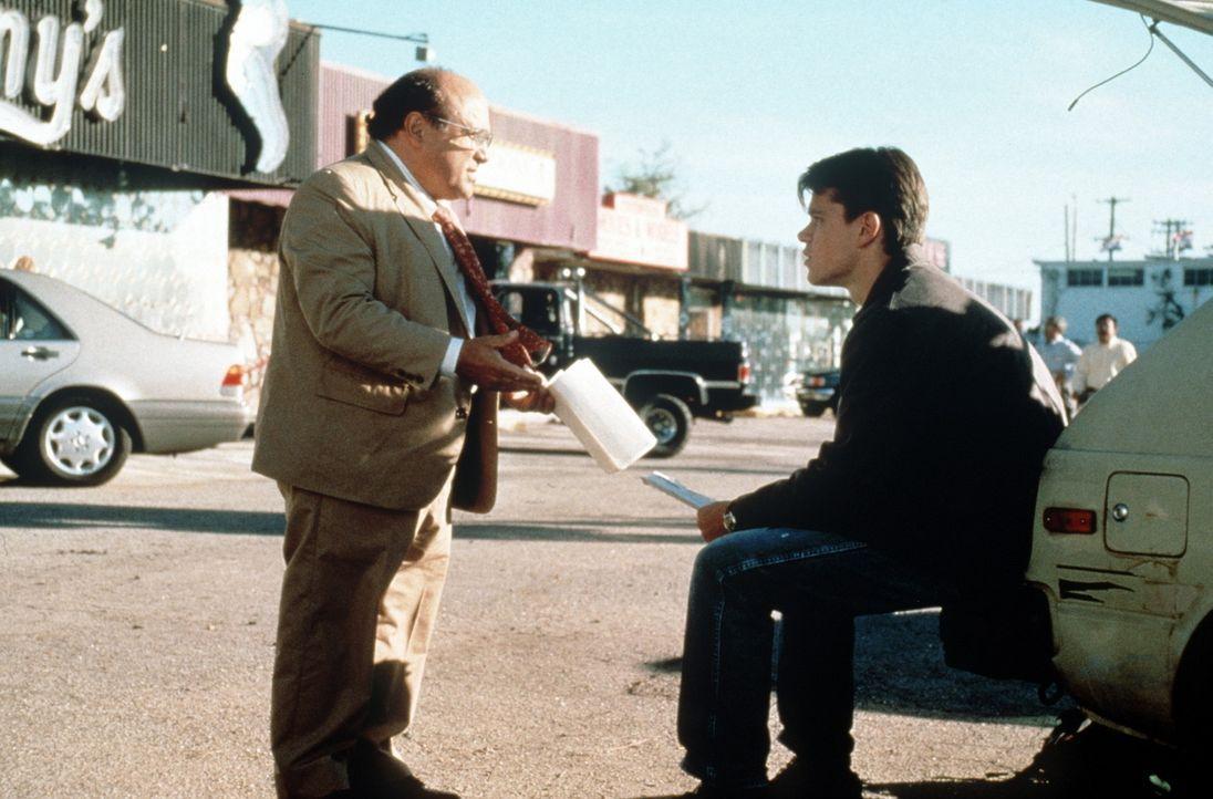 Im Dienst der Gerechtigkeit gehen Rudy Baylor (Matt Damon, r.) und Deck Schifflet (Danny De Vito, l.) auch mal krumme Wege ... - Bildquelle: Paramount Pictures