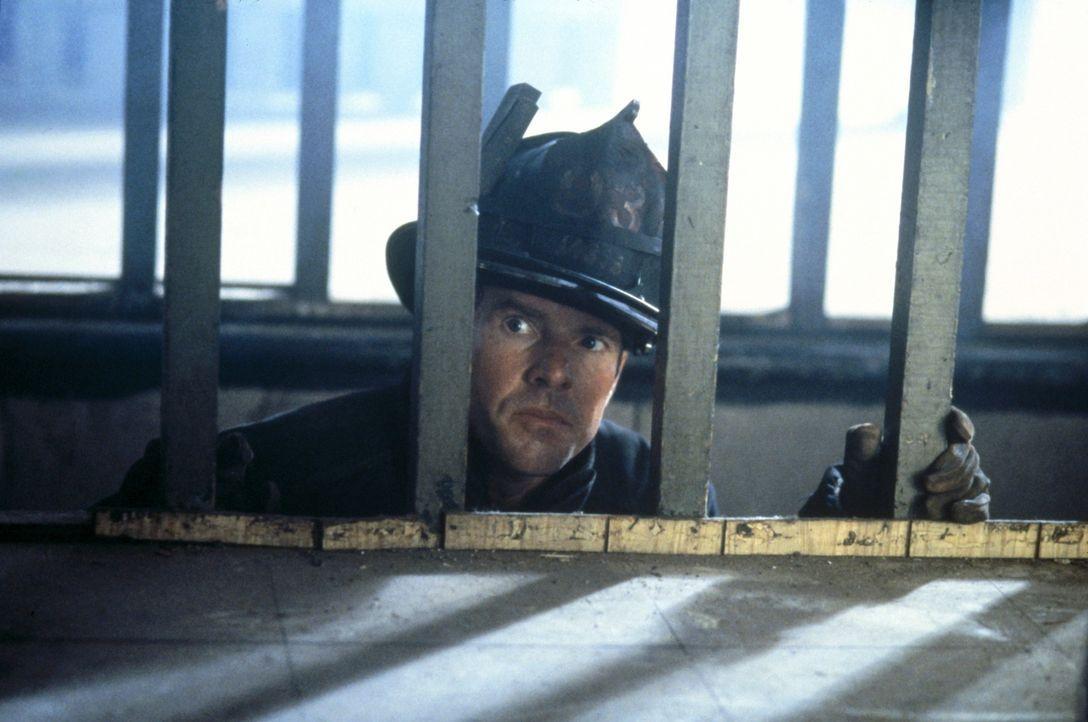 Unter größter Lebensgefahr versucht Feuerwehrmann Frank Sullivan (Dennis Quaid), einen Menschen aus den brennenden Haus zu retten. Da versperrt ih... - Bildquelle: New Line Cinema