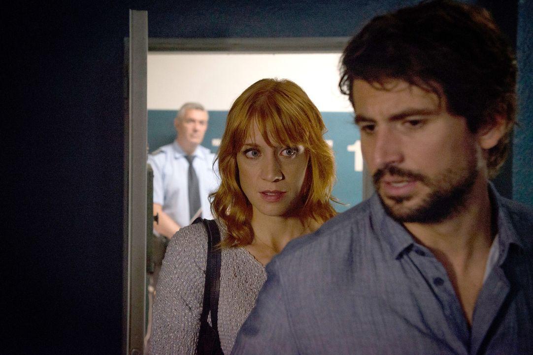 Immer wieder muss Elena (Annika Ernst, l.) Einstein (Tom Beck, r.) ihr volles Vertrauen schenken, obwohl sie dessen Ermittlungsmethoden für äußerst... - Bildquelle: Martin Rottenkolber SAT.1