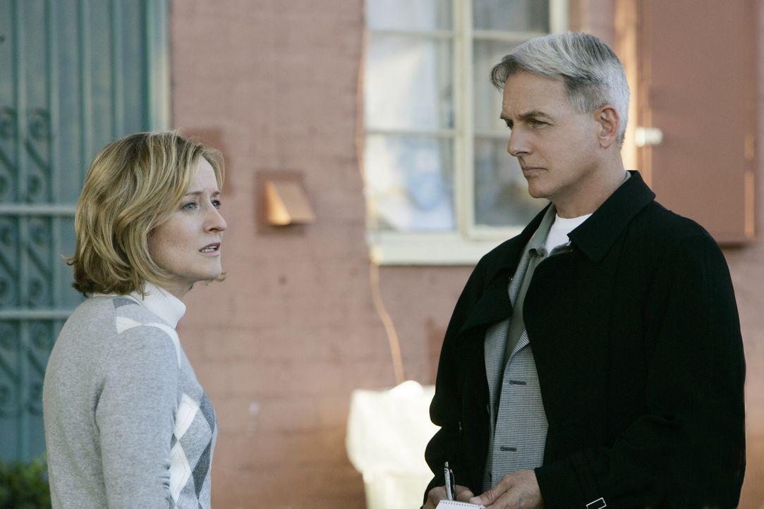 Die Sozialarbeiterin Maggie Scott (Kari Coleman, l.) ist von der Unschuld Tomás' überzeugt, doch im Verhör mit Gibbs (Mark Harmon, r.) und Franks... - Bildquelle: CBS Television