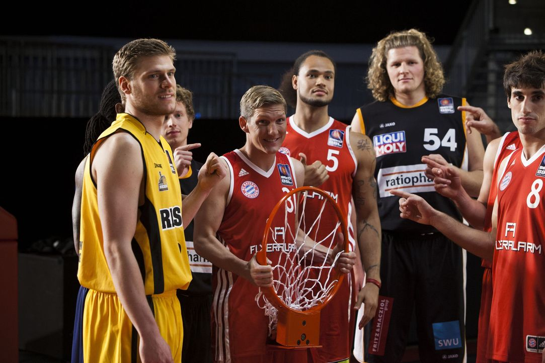 """Protagonisten im kabel eins Trailer """"ran Basketball"""": (v.l.n.r.) Julius Jenkins (verdeckt), Lucca Staiger, Per Günther, Bastian Schweinsteiger, Che... - Bildquelle: Benedikt Müller kabel eins"""