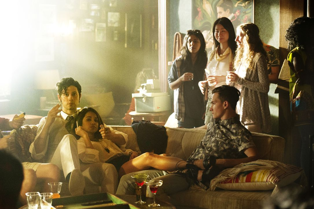Während Eliot (Hale Appleman, l.) und Margo (Summer Bishil, 2.v.l.) ihre Zeit in der Brakebills Universität genießen, scheint die Bedrohung durch di... - Bildquelle: 2015 Syfy Media Productions LLC. ALL RIGHTS RESERVED.