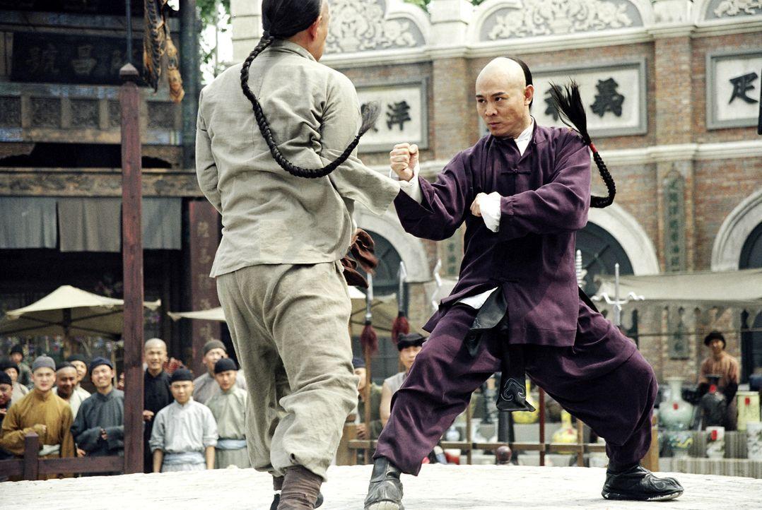 Bereits als Kind handelt Huo (Jet Li, r.) gegen den Willen seines Vaters und trainiert hart und verbissen, um der beste Kämpfer von allen zu werden.... - Bildquelle: Constantin Film Verleih GmbH