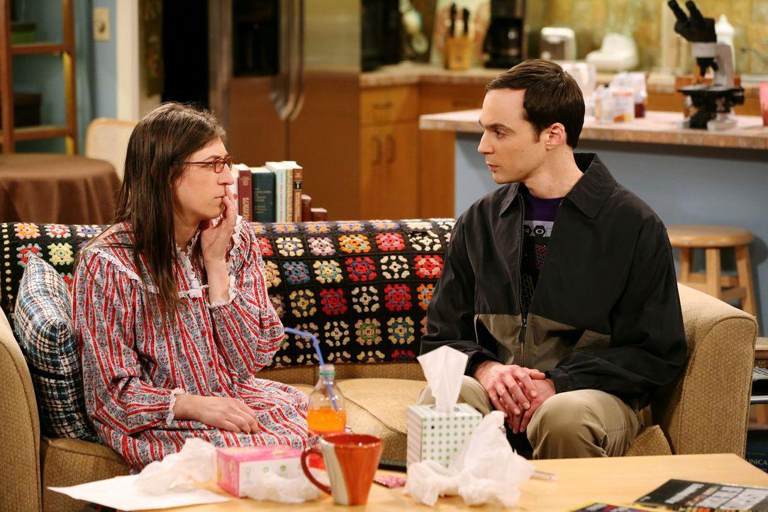 Selbst als Amy (Mayim Bialik, l.) bereits wieder gesund ist, spielt sie weiterhin die Kranke, um Berührungen von Sheldon (Jim Parsons, r.) zu erhalt... - Bildquelle: Warner Bros. Television