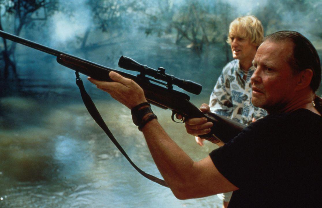 Der skrupellose Sarone (Jon Voight, vorne) auf der Jagd nach der Riesen-Anaconda ... - Bildquelle: Columbia TriStar