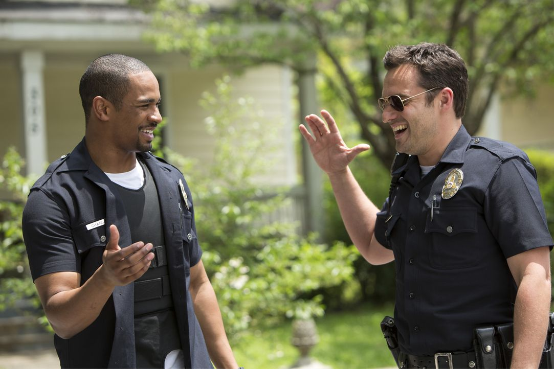 Als den beiden Freunden Ryan (Jake Johnson, r.) und Justin (Damon Wayans Jr., l.) klar wird, dass sie in ihrer Polizei-Kostümierung für echte Cops g... - Bildquelle: Frank Masi 2014 Twentieth Century Fox Film Corporation.  All rights reserved.