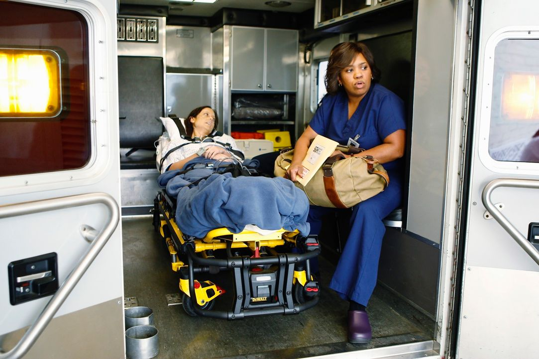 Miranda Bailey (Chandra Wilson, r.) kommt aus Seattle, um Sarah (Alexie Gilmore, l.), eine Patientin, bei der schon eine OP schief gelaufen war, die... - Bildquelle: ABC Studios