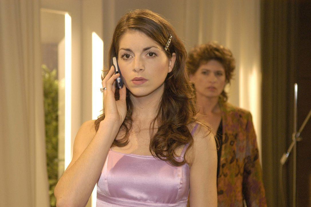 Mariella (Bianca Hein, l.) wird von Lisa angerufen, da sie sich mit ihr treffen will. Sophie (Gabrielle Scharnitzky, r.) belauscht misstrauisch das... - Bildquelle: Sat.1