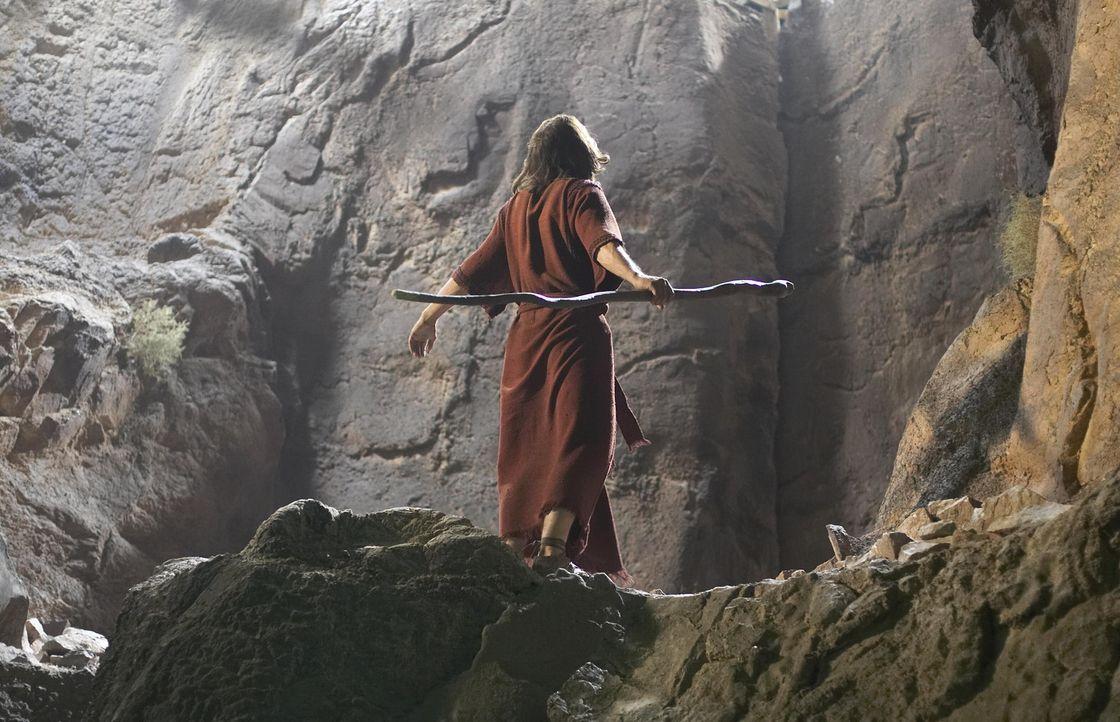 Während Moses (Dougray Scott) am Berg Horeb von Gott die Gesetzestafeln mit den zehn Geboten erhält, wächst in seinem Volk erneut Unzufriedenheit... - Bildquelle: Hallmark Entertainment