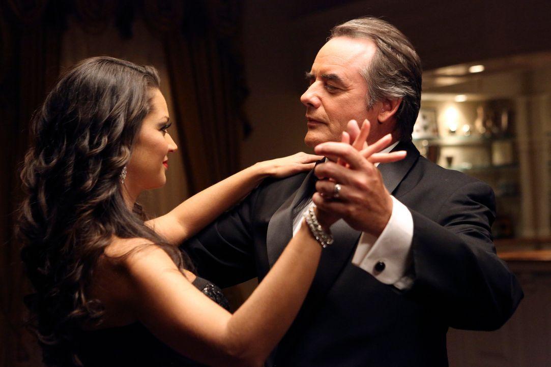 Hat Adrian (Tom Irwin, r.) etwas mit dem Tod von Flora (Paula Garcés, l.) zu tun? Marisol und ihre Freundinnen versuchen weiter, dahinterzukommen ... - Bildquelle: ABC Studios