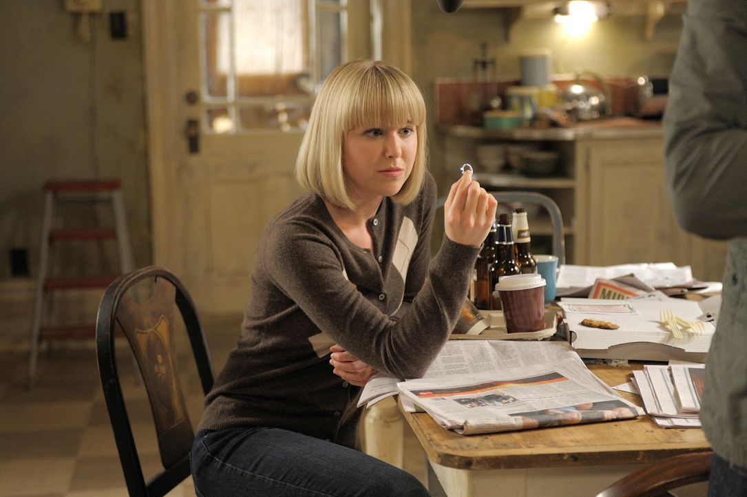 Während Bridget (Angela Galuppo) den Verlobungsring von Sally findet, erfährt Josh eine schockierende Wahrheit von Ray ... - Bildquelle: Phillipe Bosse Syfy Channel