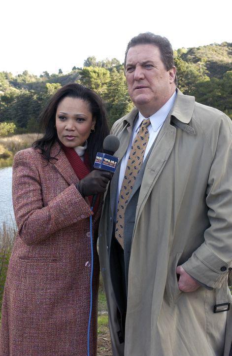 Nachdem Star-Privatdetektiv Monroe Cooper (Mike Starr, r.) den Wagen von Brian McAllister, der seit zwei Jahren spurlos verschwunden ist, in einem S... - Bildquelle: CBS Television