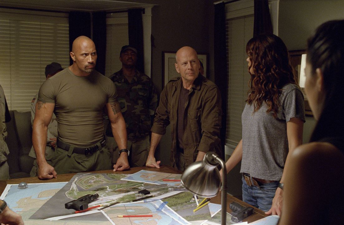 Mit der Unterstützung von General Joe Colton (Bruce Willis, 2.v.r.) stellt sich die Elite Einheit G.I. Joe (Dwayne Johnson, l. und Adrianne Palicki,... - Bildquelle: Jaimie Trueblood 2011 Paramount Pictures.  All Rights Reserved.