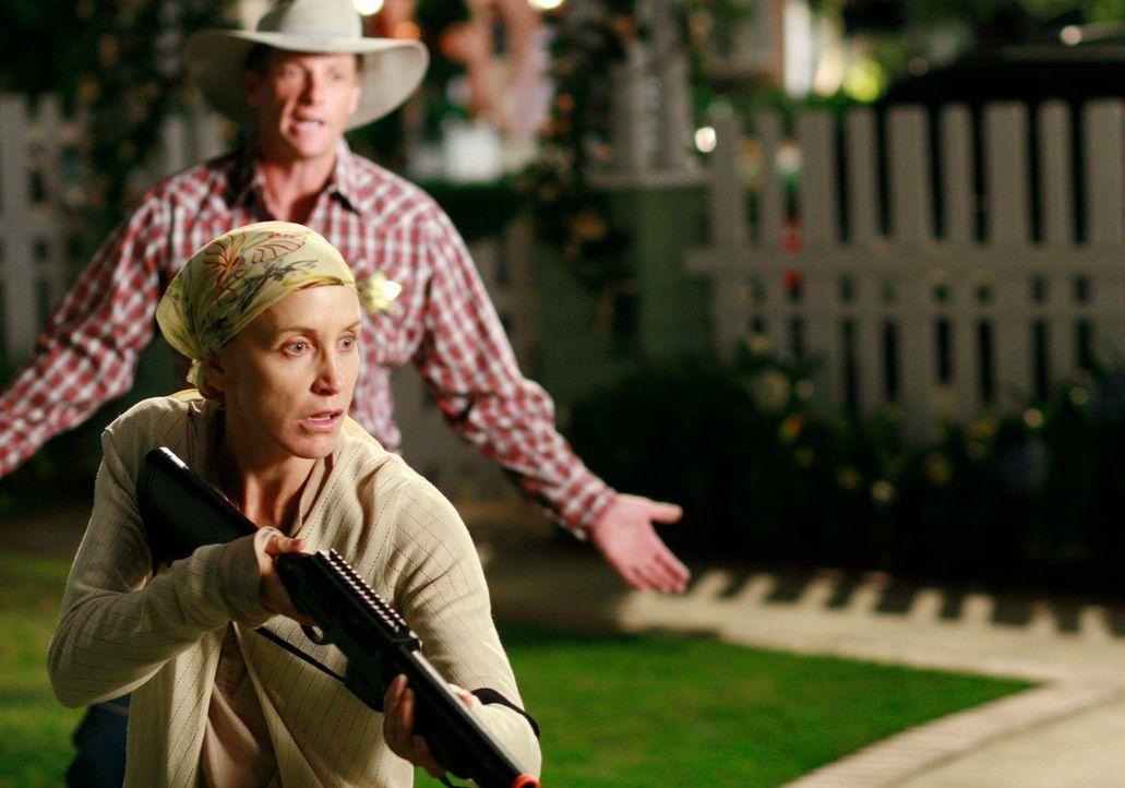 Lynette (Felicity Huffman, l.) führt Krieg gegen ein Opossum im Garten, während sie auf ihr Untersuchungsergebnis wartet. Tom (Doug Savant, r.) vers... - Bildquelle: ABC Studios