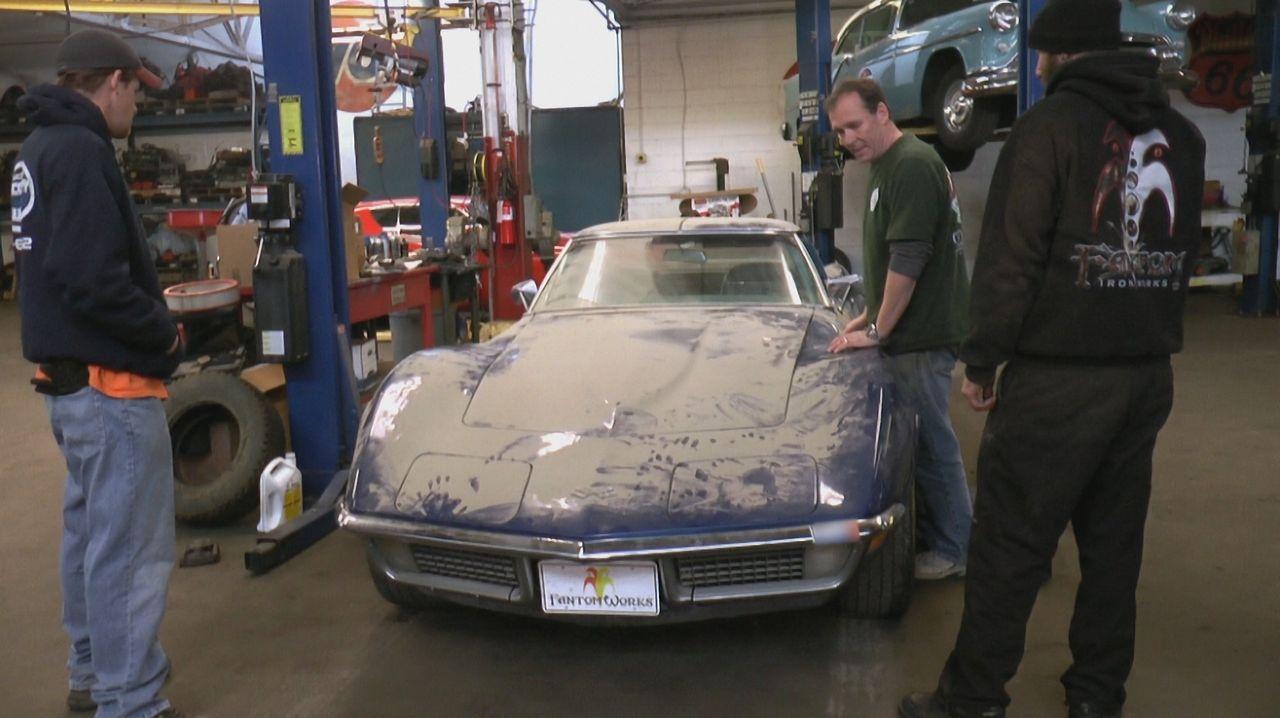 Seit über 30 Jahren schlummert die 1970er Chevelle von Bo in der Garage. Nun will er sie in Dans (M.) Werkstatt wieder zum Leben erwecken. Eine Meng... - Bildquelle: New Dominion Pictures LLC