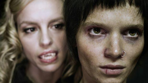 Noch ahnt Louise (Nina Hoss, l.) nicht, dass der Biss in ihr neues Opfer, Str...