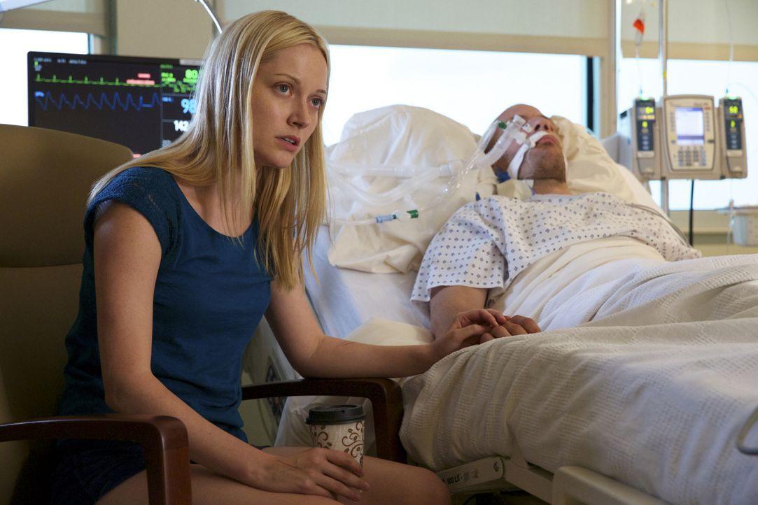 Lee Anne (Georgina Haig, l.) ist geschockt, als Arliss (Falk Hentschel, r.) ins Krankenhaus eingeliefert wird. Werden ihre Vorwürfe gegen einige Pol... - Bildquelle: 2013 CBS BROADCASTING INC. ALL RIGHTS RESERVED.