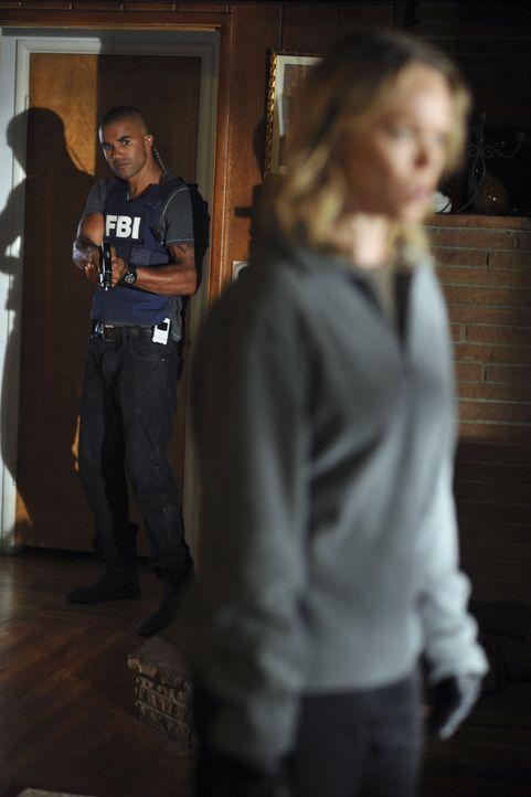 Derek (Shemar Moore, l.) und seine Kollegen schaffen es gerade noch rechtzeitig Chloe Kelcher (Lauren Bowles, r.) vor ihrem nächsten Mord abzuhalte... - Bildquelle: Touchstone Television