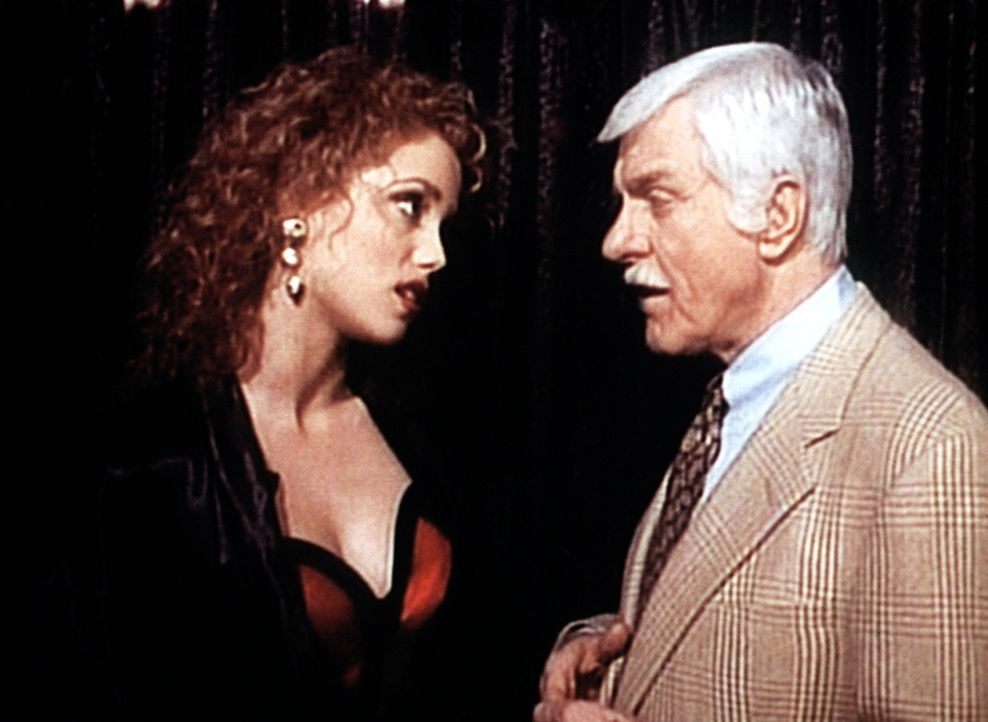 Cindy (Paula Marshall, l.) heuchelt gegenüber Dr. Mark Sloan (Dick Van Dyke, r.) Unschuld. - Bildquelle: Viacom