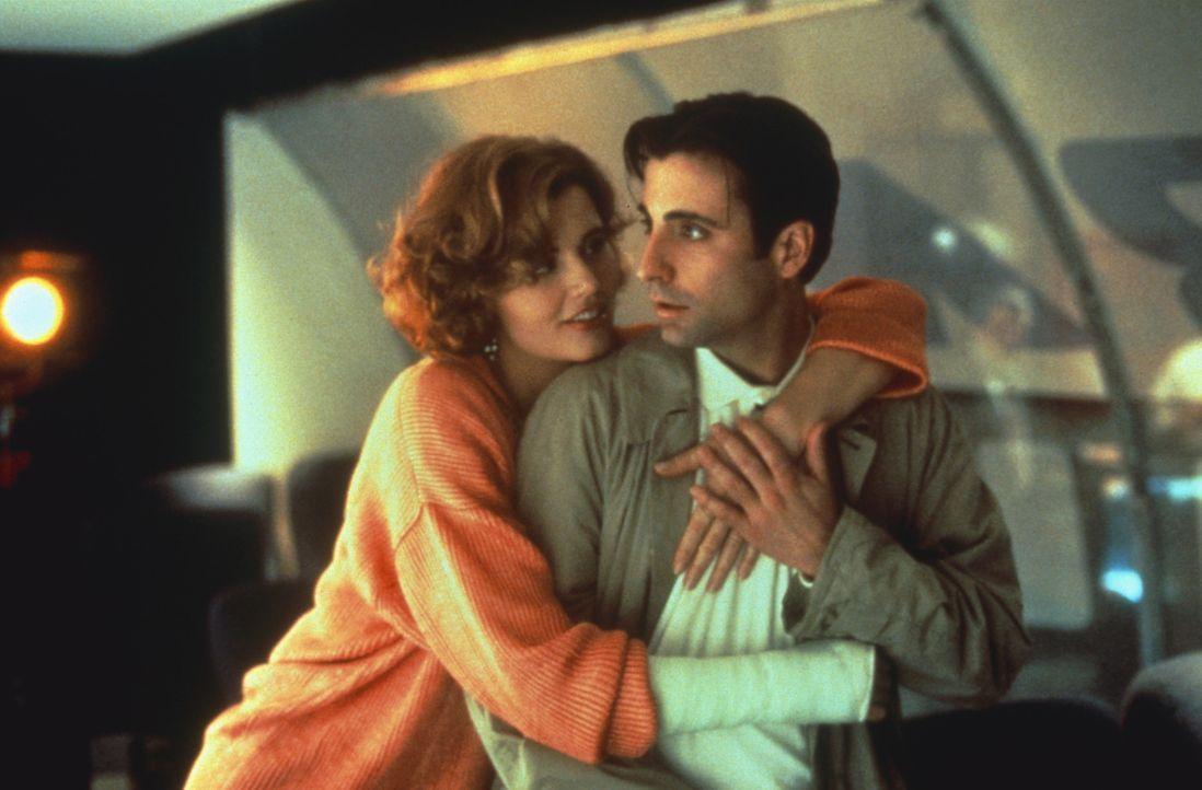 Die Reporterin Gale Gayley (Geena Davis, l.) findet den vermeintlichen Lebensretter John Bubber (Andy Garcia, r.) ziemlich attraktiv ... - Bildquelle: 1992 Columbia Pictures Industries, Inc. All Rights Reserved.