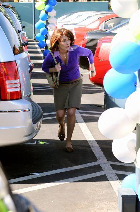 Erlebt ihr blaues Wunder, als ihr ein Auto vor ihren Augen gestohlen wird: Frankie Heck (Patricia Heaton) ... - Bildquelle: Warner Brothers