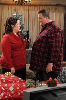 Mike & Molly - Mike (Billy Gardell, r.) ist verzweifelt: Weihnachten steh...