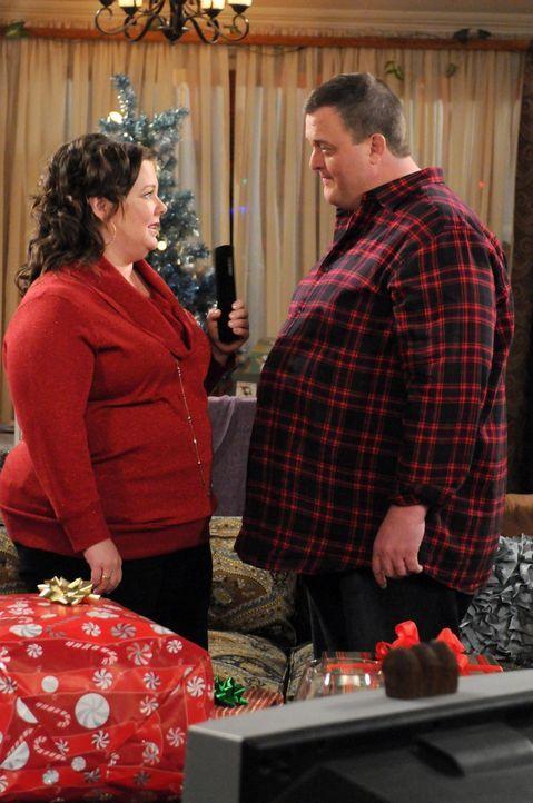 Mike (Billy Gardell, r.) ist verzweifelt: Weihnachten steht vor der Tür und er hat immer noch kein Geschenk für Molly (Melissa McCarthy, l.) gefun... - Bildquelle: 2010 CBS Broadcasting Inc. All Rights Reserved.