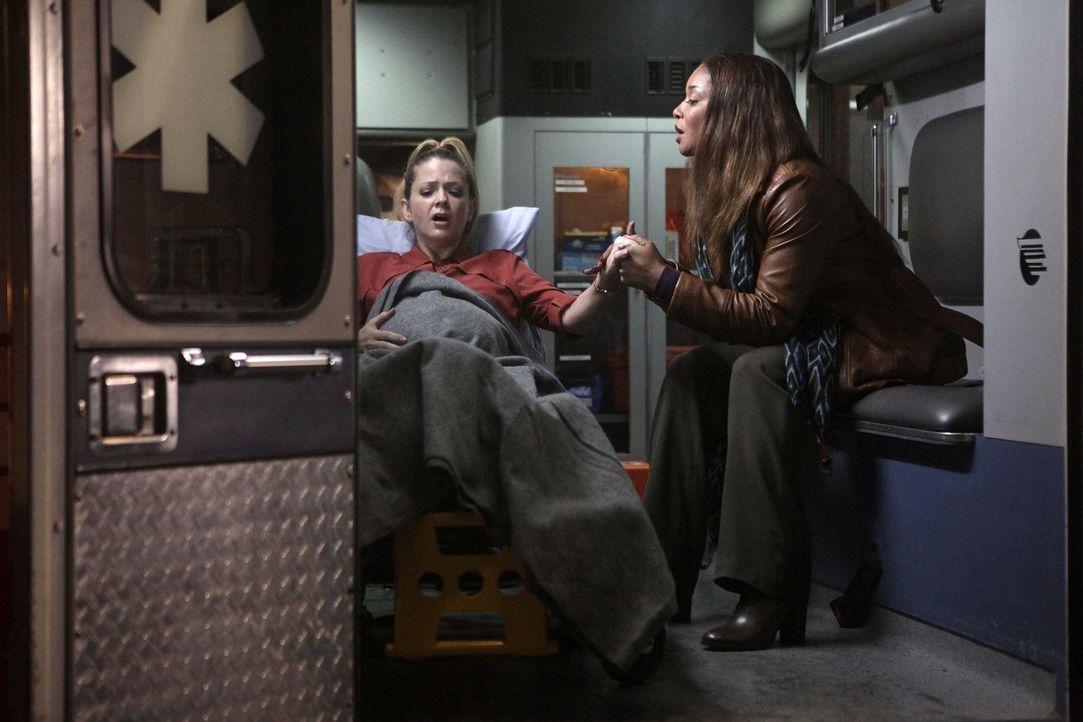 Lanie (Tamala Jones, r.) steht Jenny (Juliana Dever, l.) bei, als die Wehen einsetzen ... - Bildquelle: 2013 American Broadcasting Companies, Inc. All rights reserved.
