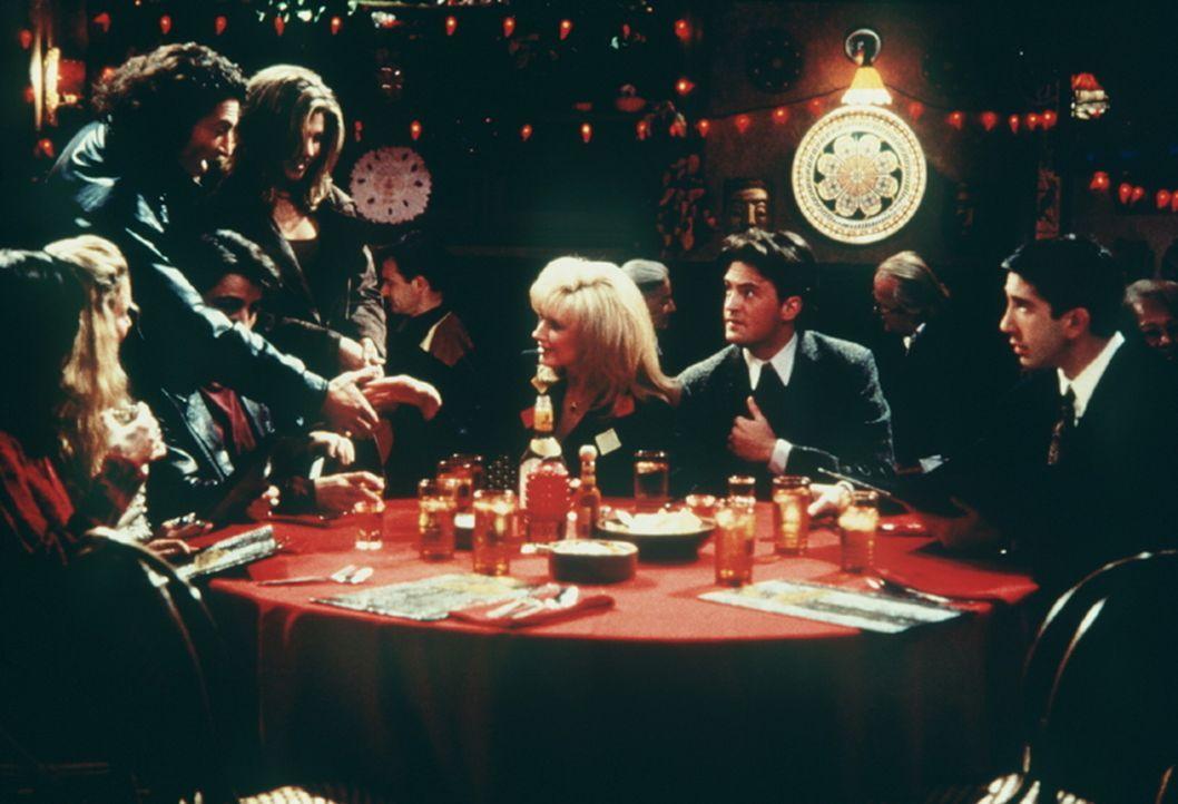 Die Freunde mit Chandlers Mutter (Morgan Fairchild, M.) im Restaurant. - Bildquelle: TM+  2000 WARNER BROS.