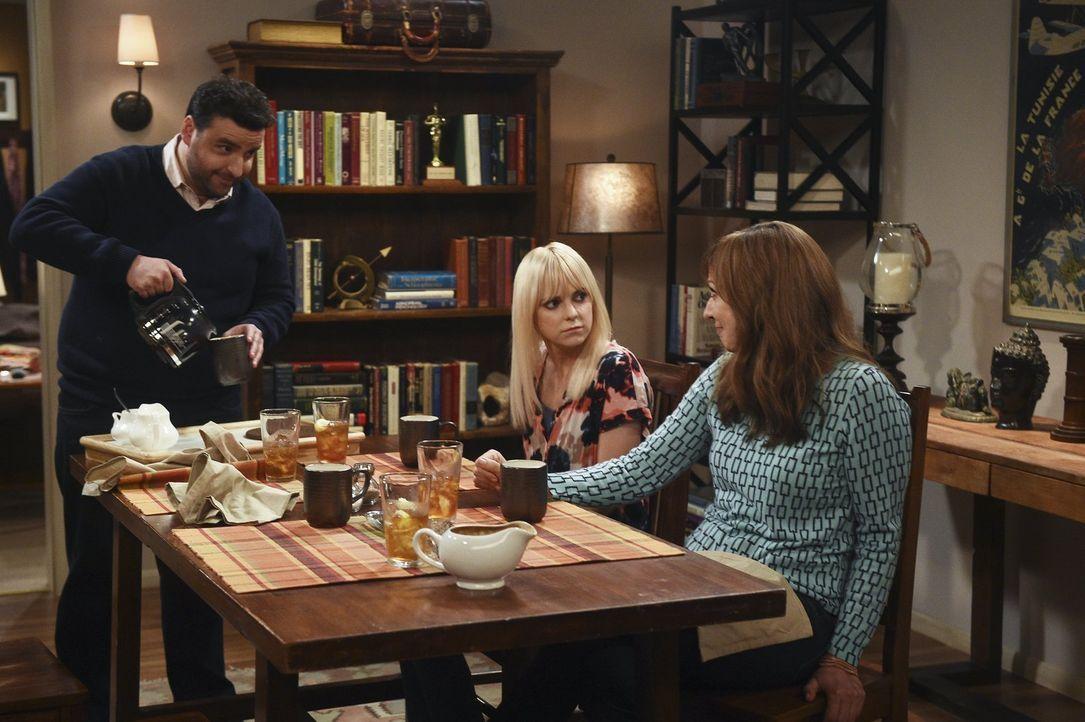 Bei einem Abendessen mit Bonnie (Allison Janney, r.) und Christy (Anna Faris, M.) stellt sich heraus, dass Violet ihrem Freund Gregory (David Krumho... - Bildquelle: 2015 Warner Bros. Entertainment, Inc.