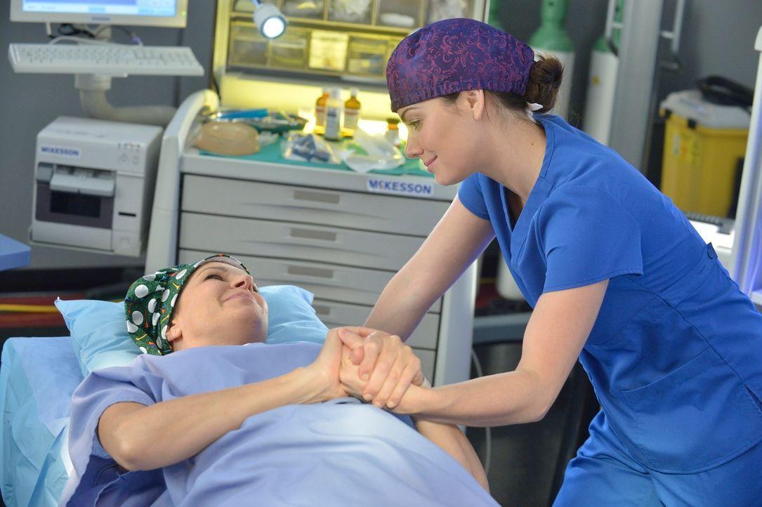 Um Dana (Wendy Crewson, l.) helfen zu können, muss Alex (Erica Durance, r.) über ihren Schatten springen ... - Bildquelle: 2012  Hope Zee One Inc.