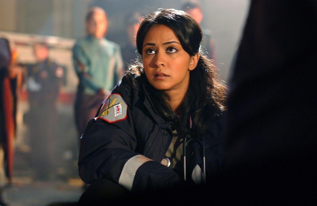 Tapfer und ohne zu zögern hilft Neela (Parminder Nagra) den Verunglückten des Flugzeugzusammenstoßes ... - Bildquelle: Warner Bros. Television