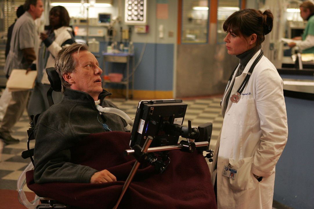 Als Professor Dr. Nate Lennox (James Woods, l.) ins County eingeliefert wird, erkennt Abby (Maura Tierney, r.) in ihm ihren ehemaligen Professor - u... - Bildquelle: Warner Bros. Television