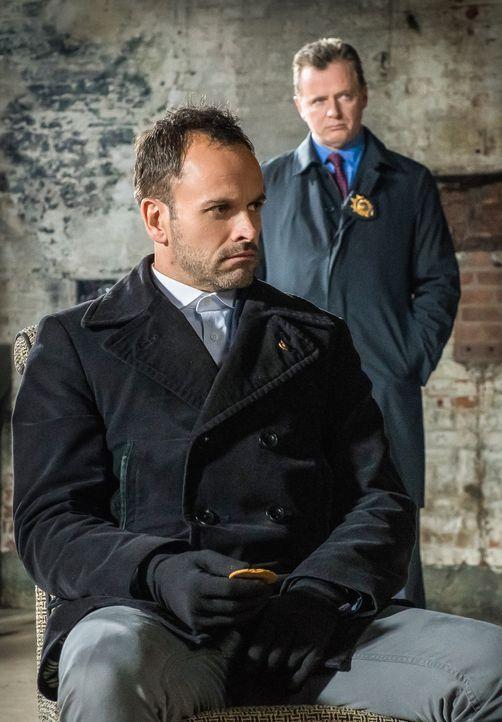 Holmes (Jonny Lee Miller, l.) und Gregson (Aidan Quinn, r.) sind sich nicht sicher, ob sie Moriarty, die sie im Gefängnis aufsuchen, trauen können .... - Bildquelle: CBS Television