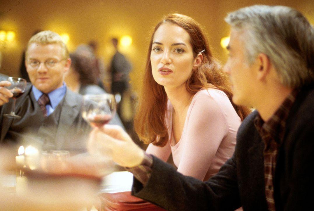 Die erfolgreiche Staatsanwältin Nina Carstens (Natalia Wörner, M.) wird von ihrer ehemals besten Freundin Dagmar zu einem Klassentreffen eingelade... - Bildquelle: Ruhnau Sat.1