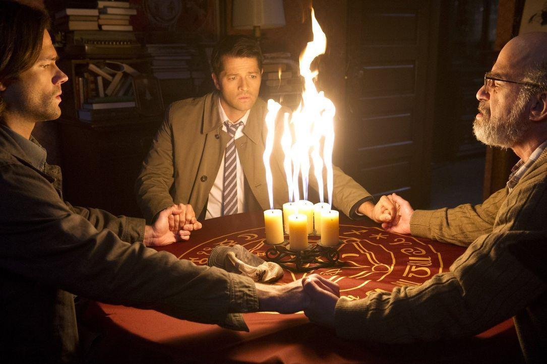 Sam (Jared Padalecki, l.) und Castiel (Misha Collins, M.) schließen sich ohne Deans Wissen zusammen, um einem neuen Hinweis zum Kansimal nachzugehen... - Bildquelle: 2016 Warner Brothers