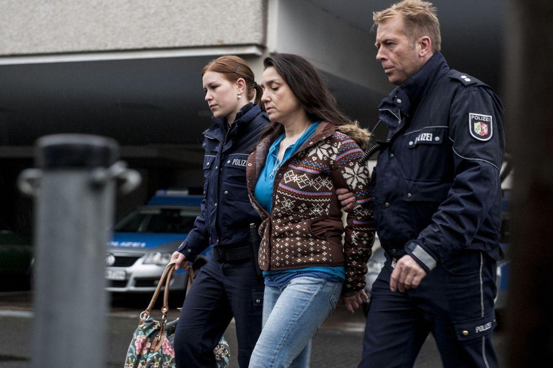 Wird des Mordes beschuldigt: Uschi (Tatjana Clasing, M.) ... - Bildquelle: Martin Rottenkolber SAT.1