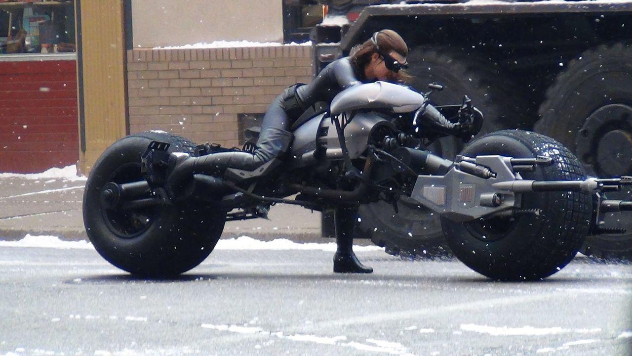 Batgirl-Motorrad-The-Dark-Knight-Rises-WENN-com - Bildquelle: WENN.com