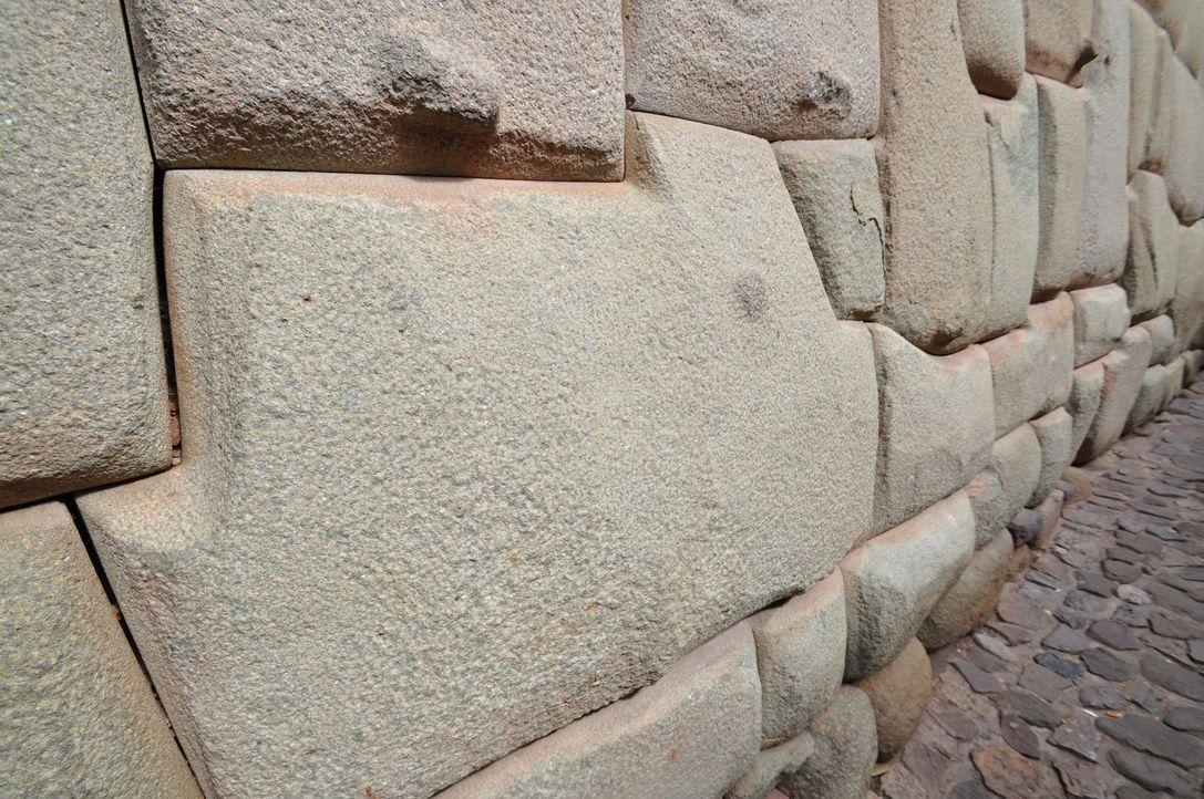 Steinformationen, die durch elektromagnetische Energie miteinander verbunden sind; prähistorische Ruinen, die aus der Vogelperspektive betrachtet üb... - Bildquelle: Prometheus Entertainment