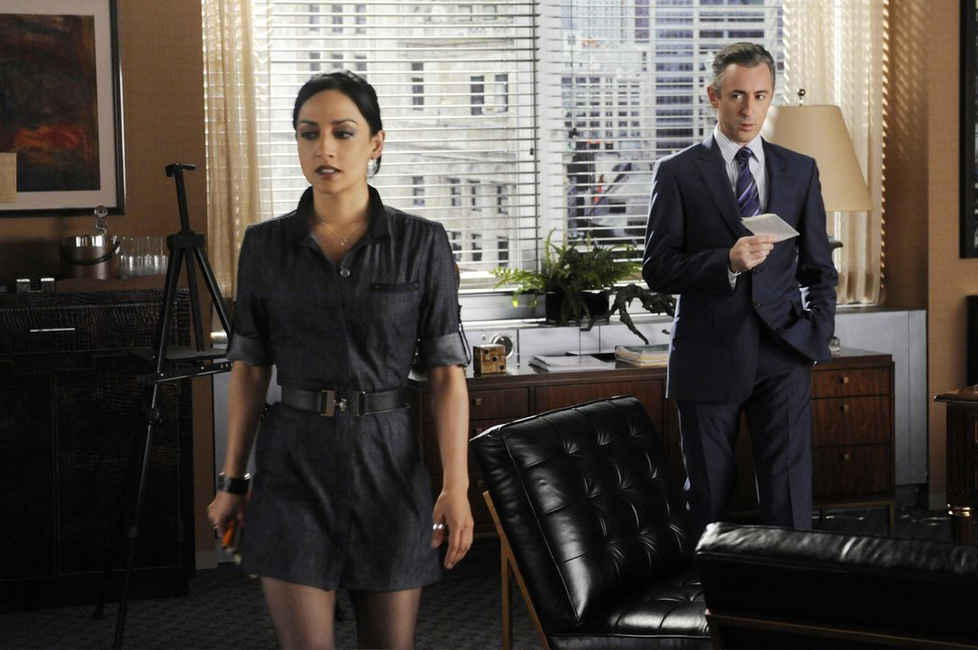 Als Kalinda (Archie Panjabi, l.) erfährt, dass ihre Arbeit für Peter benötigt wird, lehnt sie Eli Golds (Alan Cumming, r.) nächsten Auftrag ab ... - Bildquelle: 2011 CBS Broadcasting Inc. All Rights Reserved.