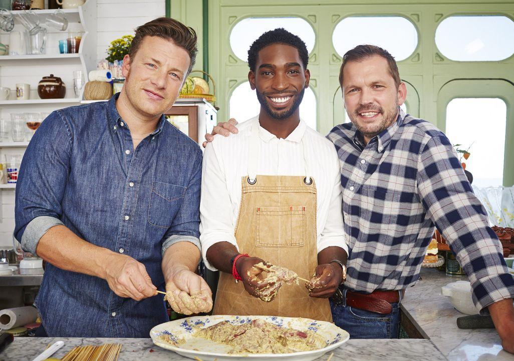 Nachdem Jamie (l.) sein ultimatives Tintenfisch Gericht gezaubert hat, Tinie Tempah (M.) einen nigerianischen Imbiss-Klassiker gekocht hat und Jimmy...