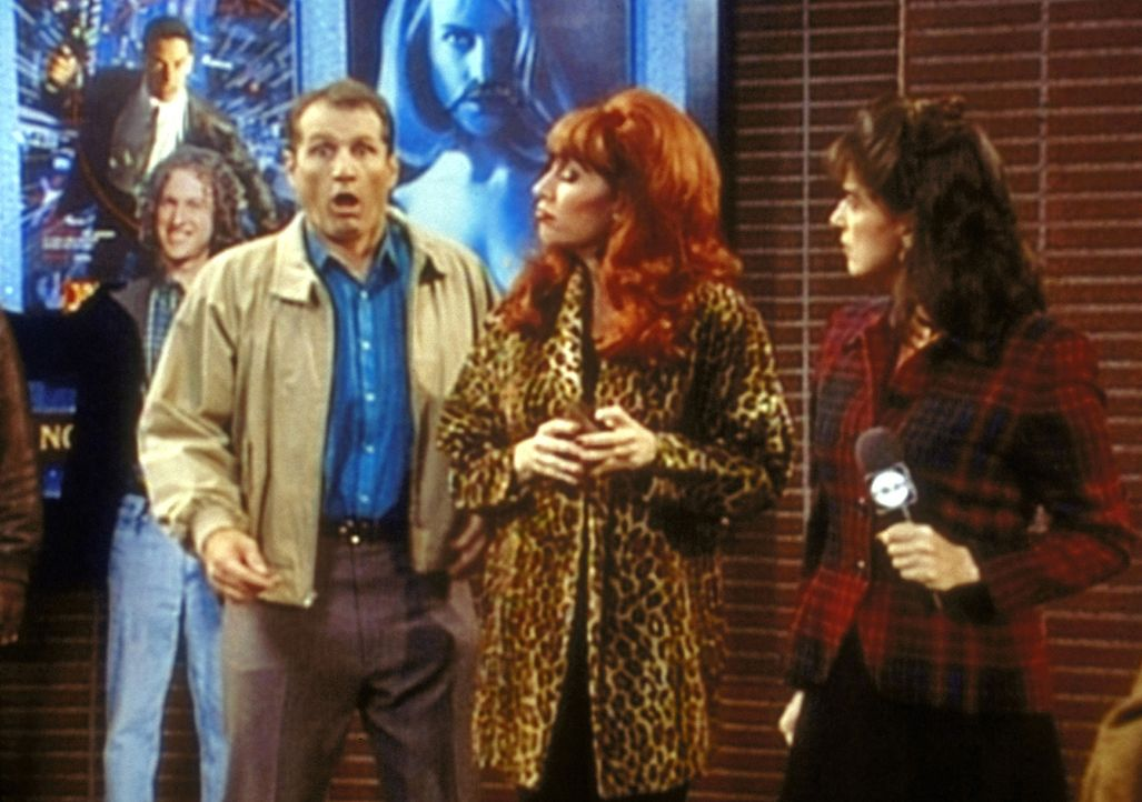 Im Fernsehen wird Al Bundy (Ed O'Neill, vorne l.) von einer Reporterin als Weichling verspottet, weil er von seiner Frau Peggy (Katey Sagal, 2.v.l.)... - Bildquelle: Sony Pictures Television International. All Rights Reserved.