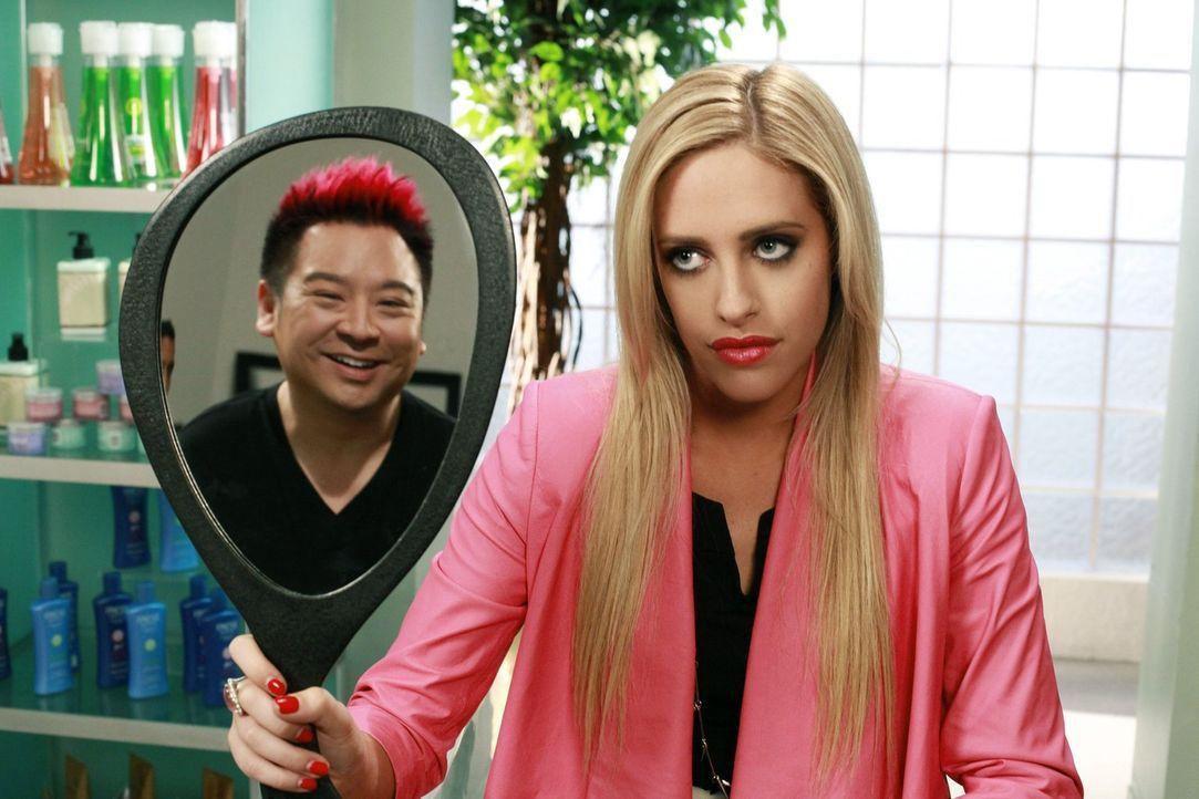 Mr. Wolfe (Rex Lee, l.) ist begeistert von seiner neuen Frisur. Kaitlin (Katelyn Pacitto, r.) hilft ihm, auf andere Gedanken zu kommen, nachdem sein... - Bildquelle: Warner Brothers