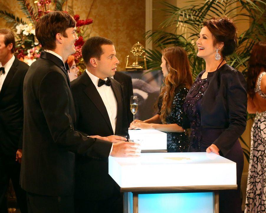 Als Alan (Jon Cryer, M) mit Walden (Ashton Kutcher, l.) auf eine Wohltätigkeitsveranstaltung  geht, kann er sein Glück kaum fassen - denn dort triff... - Bildquelle: Warner Bros. Television