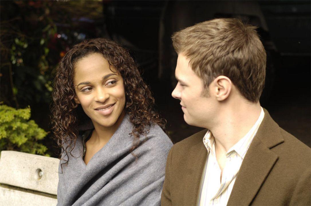 Im 4400 Zentrum hilft Shawn (Patrick Flueger, r.) Isabelle (Megalyn Echikunwoke, l.) manche Meilensteine des Leben nachzuholen, die sie verpasst hat... - Bildquelle: Viacom Productions Inc.