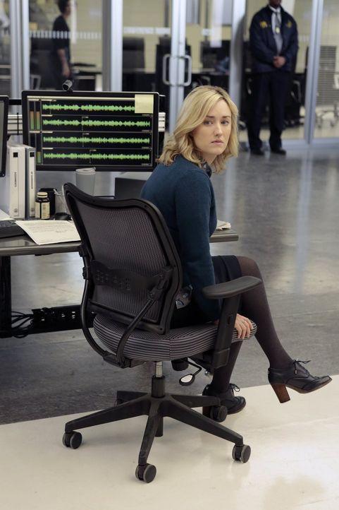 Lässt sich von dem unangenehmen Inspektor Fisher in Widersprüche verwickeln, die Jane schaden könnten: Patterson (Ashley Johnson) ... - Bildquelle: Warner Brothers